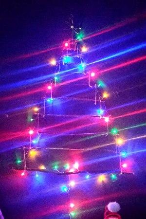 Sapin de Noël 100% récup : des ampoules-suspensions (2/24)