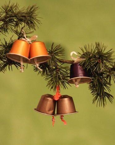 Sapin de Noël 100% récup : un rouleau de pq + des perles = une étoile (17/24)