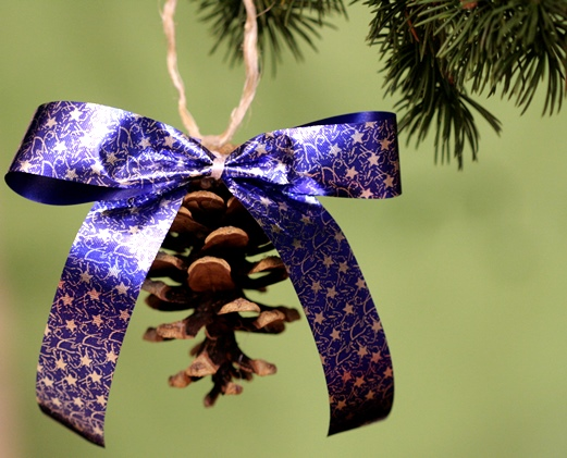Sapin de Noël 100% récup : un rouleau de pq + des morceaux de laine = un bonnet (13/24)