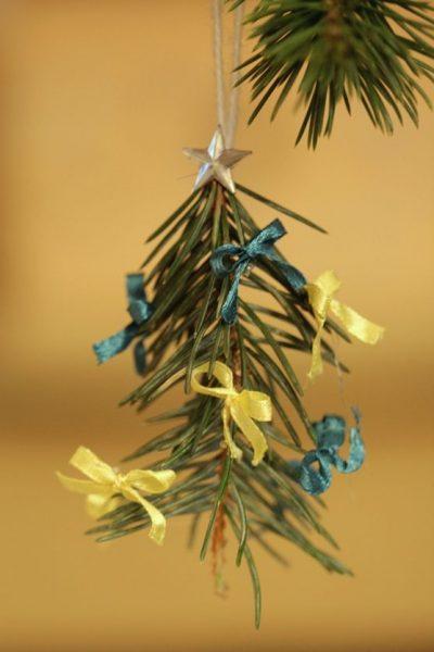 Sapin de Noël 100% récup : une suspension en papier (8/24)